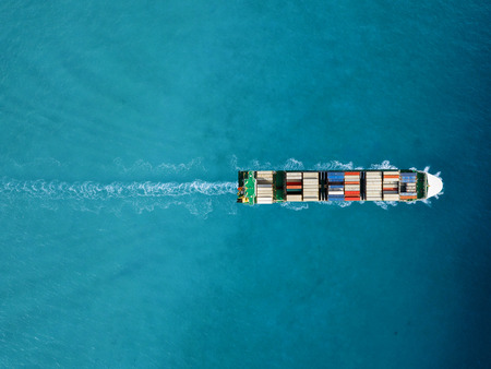 Porte-conteneurs à l'export et à l'import. Fret maritime international.