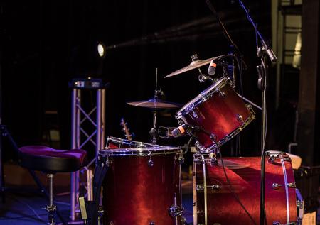 Schlagzeug auf der Bühne in einem Konzertsaal Standard-Bild