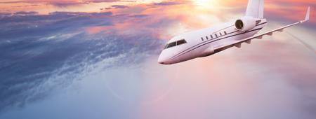 Pequeño avión privado volando por encima de hermosas nubes.
