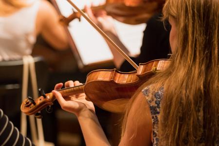 Geiger während einer klassischen Konzertmusik, Nahaufnahme. Standard-Bild