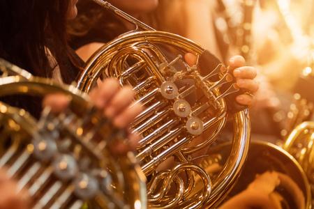 Franse hoorn tijdens een klassieke concertmuziek, close-up.