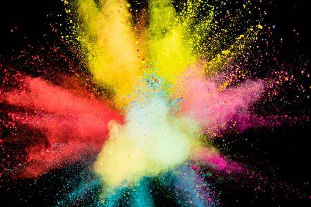 Eksplozja kolorowy proszek na czarnym tle.