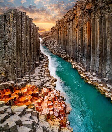 Zapierający dech w piersiach widok na bazaltowy kanion Studlagil, Islandia.