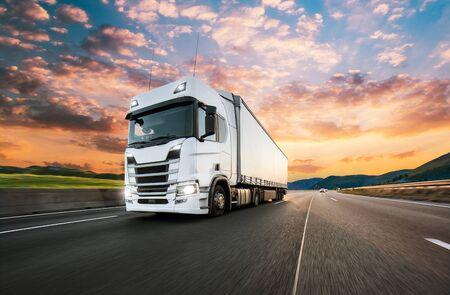 Vrachtwagen met container op snelweg, vrachtvervoer concept. Scheereffect.