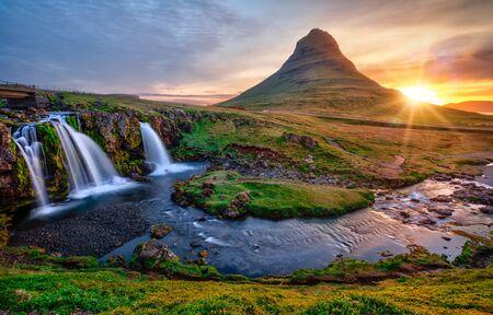 Schöne Landschaft mit Sonnenaufgang auf dem Wasserfall Kirkjufellsfoss und dem Berg Kirkjufell, Island.