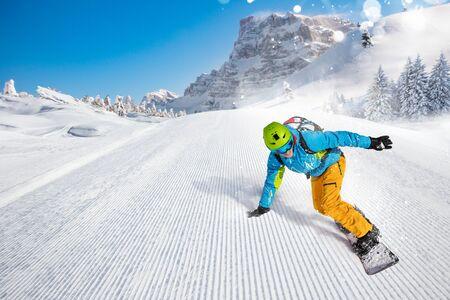 Snowboarder homme à cheval sur la pente. Banque d'images