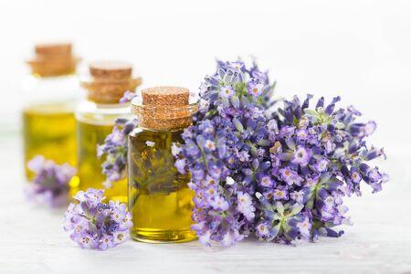 Wellnessbehandlungen mit Lavendelblüten.