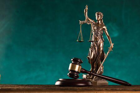 brown gavel with statue of justice. Zdjęcie Seryjne