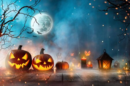 Halloween-Kürbisse auf dunklem gruseligem Wald.