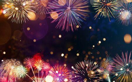 Buntes Feuerwerk mit Bokeh-Hintergrund. Neujahr Feierlichkeiten.