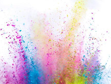 Gekleurde poederexplosie op witte achtergrond.