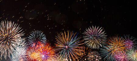 Kleurrijk vuurwerk met bokehachtergrond. Nieuwjaarsviering.