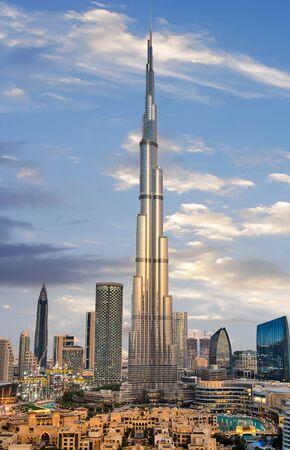 Niesamowity panoramiczny widok na futurystyczną panoramę Dubaju, Zjednoczone Emiraty Arabskie