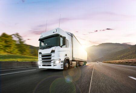 Camión con contenedor en carretera, concepto de transporte de carga.