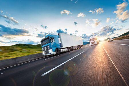 Camión con contenedor en carretera, concepto de transporte de carga. Foto de archivo