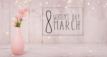 Blumenzusammensetzung für den Tag der Frauen. Rosa Blumen auf altem weißem hölzernem Hintergrund. Standard-Bild