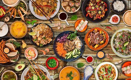 Fond de cuisine asiatique avec divers ingrédients sur fond de bois rustique, vue de dessus.