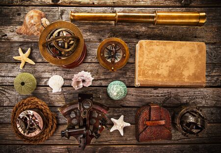 Top view of accessories for travel on vintage wooden background. Standard-Bild