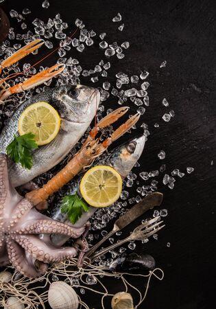 Fresh tasty seafood served on black stone table. Zdjęcie Seryjne - 150150358