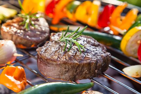 Barbecue grill with beef steaks, close-up. Zdjęcie Seryjne - 149866080