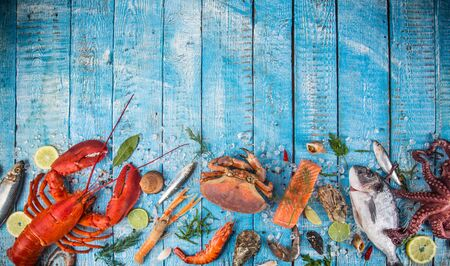 Fresh tasty seafood served on old wooden table. Zdjęcie Seryjne - 150062983