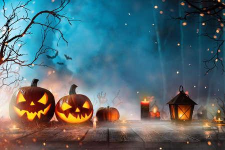 Halloween pumpkins on dark spooky forest. Banque d'images
