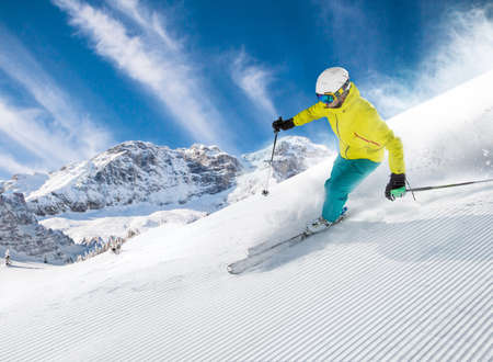 Skier skiing downhill in high mountains Banque d'images