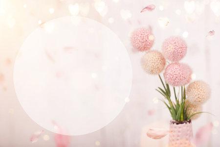 情人节、母亲节或妇女节的鲜花构图。古老的白色木质背景上点缀着粉红色的花朵。