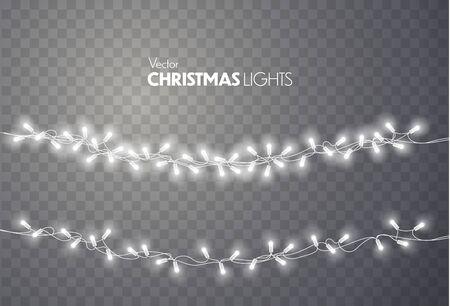 Luci di Natale isolate su sfondo trasparente. Ghirlanda di Natale luminoso colorato. Lampadine vettoriali rosse, gialle, blu e verdi su corde di filo. Modello vettoriale Vector