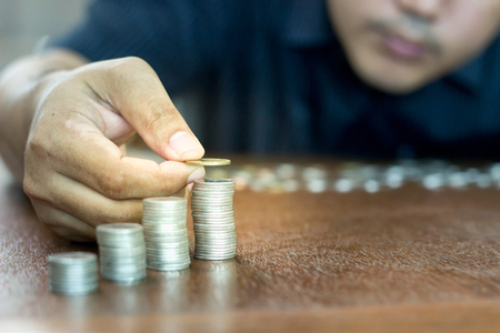 Man are stacking coins. the savings concept. Foto de archivo