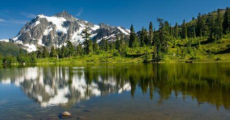 Une vue du Mont Shuksan de Photo Lake dans la région Meadows Heather. Banque d'images - 3087111
