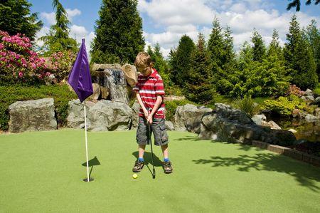 Un relajante día de juego putt-putt golf como un niño.  Foto de archivo - 3187026