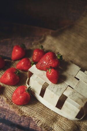 Red strawberry berries lie on an eco plate on a wooden table, in eco style 版權商用圖片 - 131870807