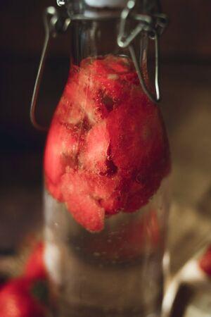 Red strawberry berries close-up in eco style macro, dark beckground 版權商用圖片 - 131872133