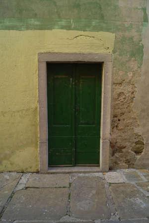 particular door in an alley of Isola (slo) 版權商用圖片 - 93721511