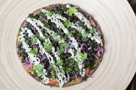 dried vegetables: pizza de alimentos crudos con los veh�culos en Shortcakes secas Foto de archivo