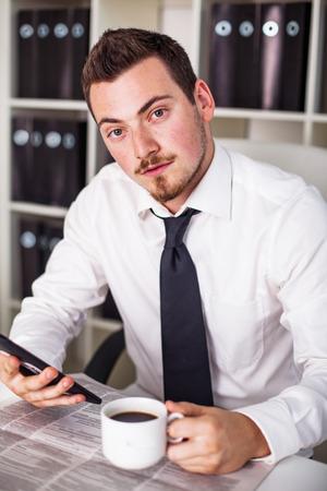 zaken man in het kantoor toont Tablet