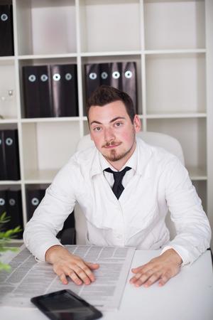 jonge arts werkzaam geopend houding in het kantoor Stockfoto