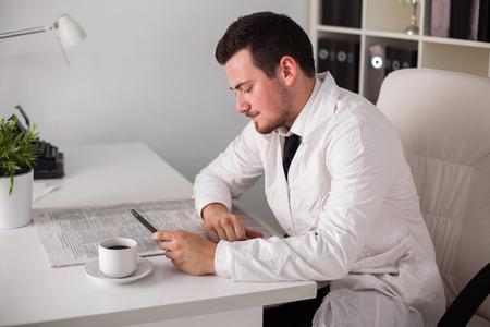 jonge arts het werken met de computer in kantoor