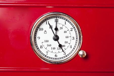 stijlvolle retro-thermometer voor fornuis in de keuken met mooie rode pijlen Stockfoto