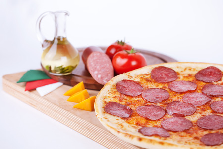 Italiaanse pizza op het bord met ingrediënten