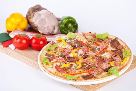 Italiaanse pizza met sla bacon en peper
