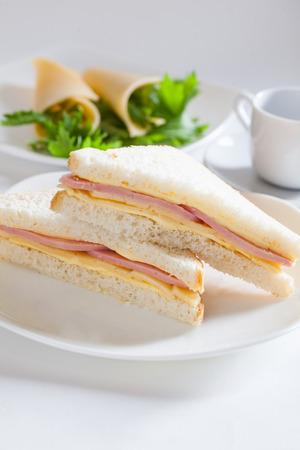 twee sandwich met ham en kaas botersla