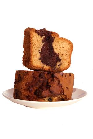 twee sneetjes chocolade crème taart op een bord Stockfoto