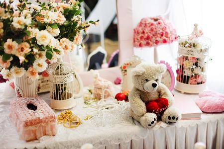 Leuke teddybeer met een hart in roze stilleven in de stijl van de Provence met bloemen
