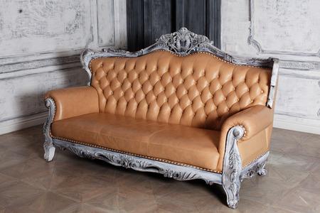 luxe lederen sofa stijl borokko in een mooie elegante interieur Stockfoto