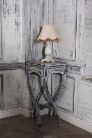 tafel lamp op de tafel in een prachtige luxe barokke interieur Stockfoto