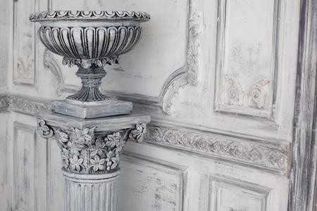 Luxe stenen vaas in het interieur van de barok
