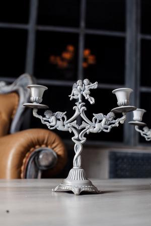 mooie kandelaars met engelen in de stijl borokko op de tafel in het interieur