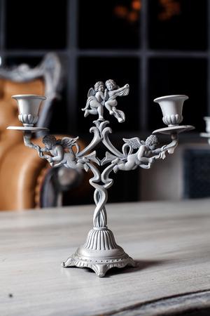 prachtige kandelaars met engelen in de stijl borokko op de tafel in het interieur